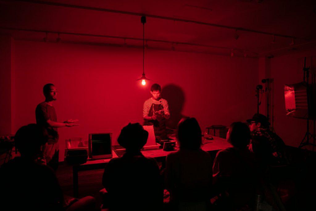 恵文社で湿板写真の暗室作業